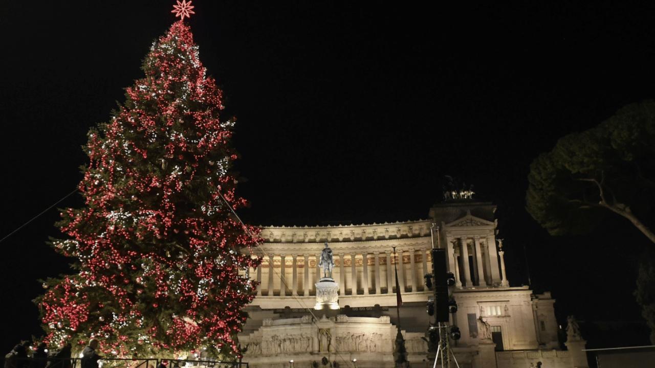 Albero Di Natale Roma 2020.Albero Di Natale A Roma 2019 Torna Lo Spelacchio Di Netflix Ecco Quando