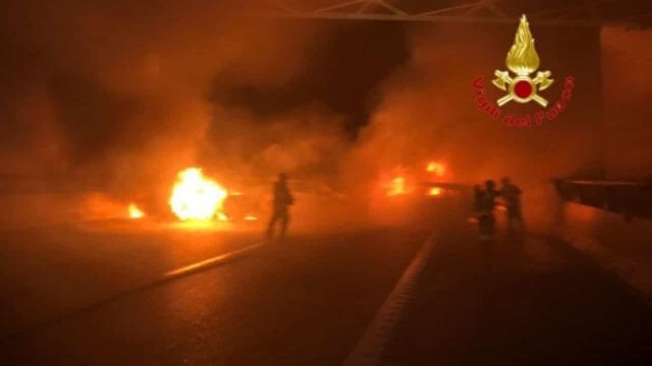 Rapina a furgone portavalori: inferno di fuoco su autostrada A1