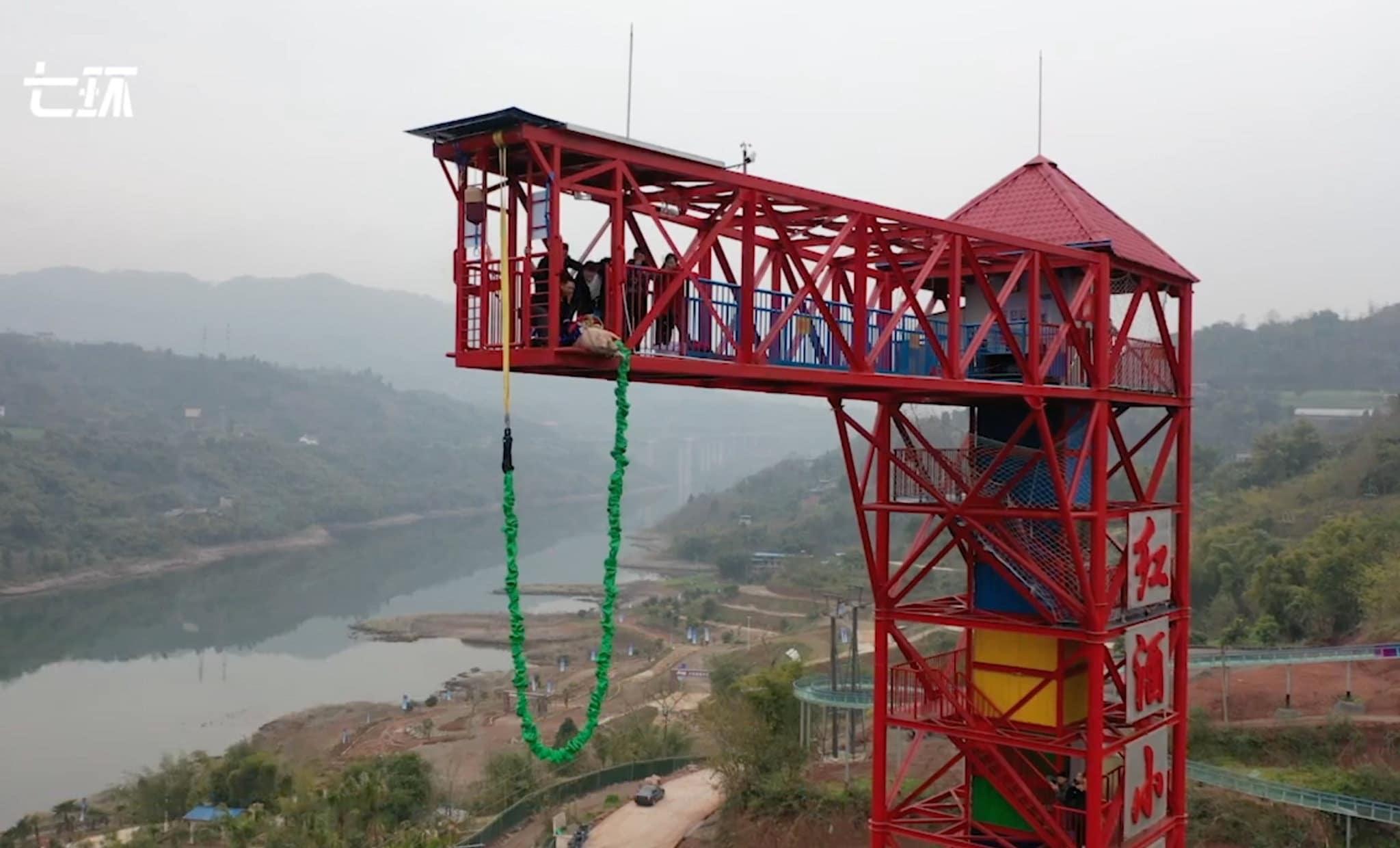 Cina, maiale vivo lanciato dal bungee jumping per inaugurazione
