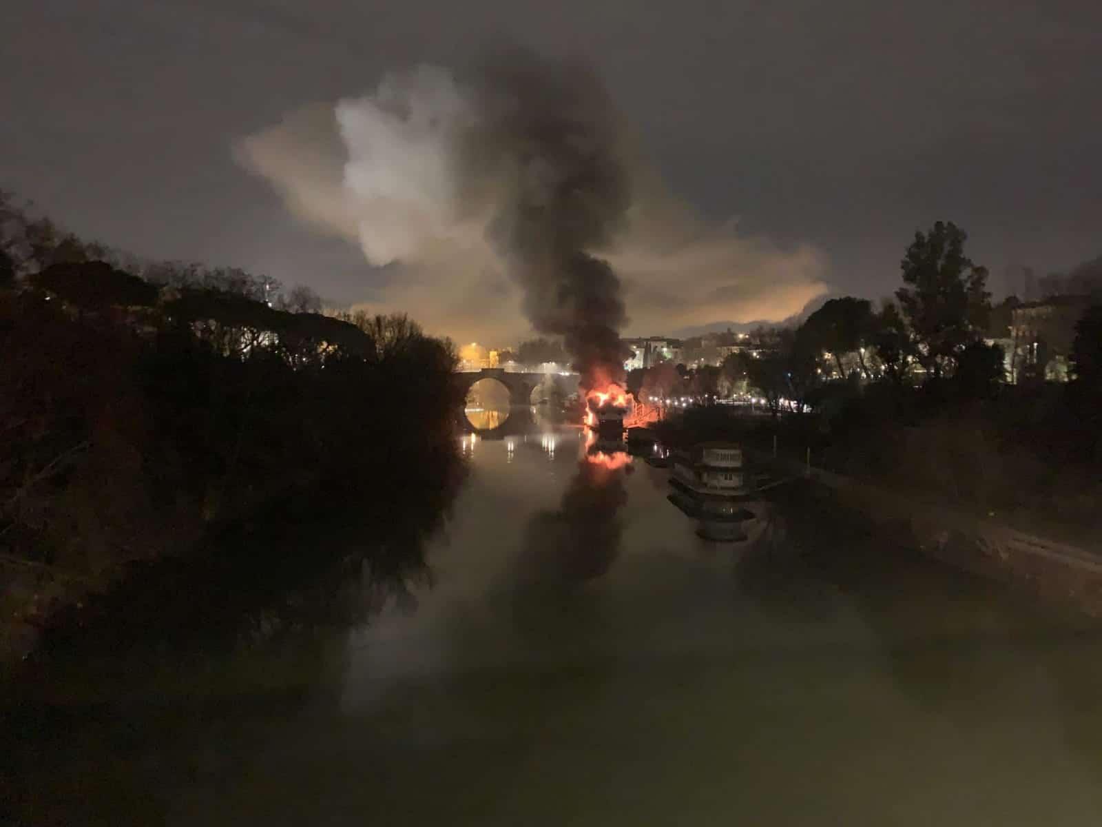 incendio barcone roma oggi