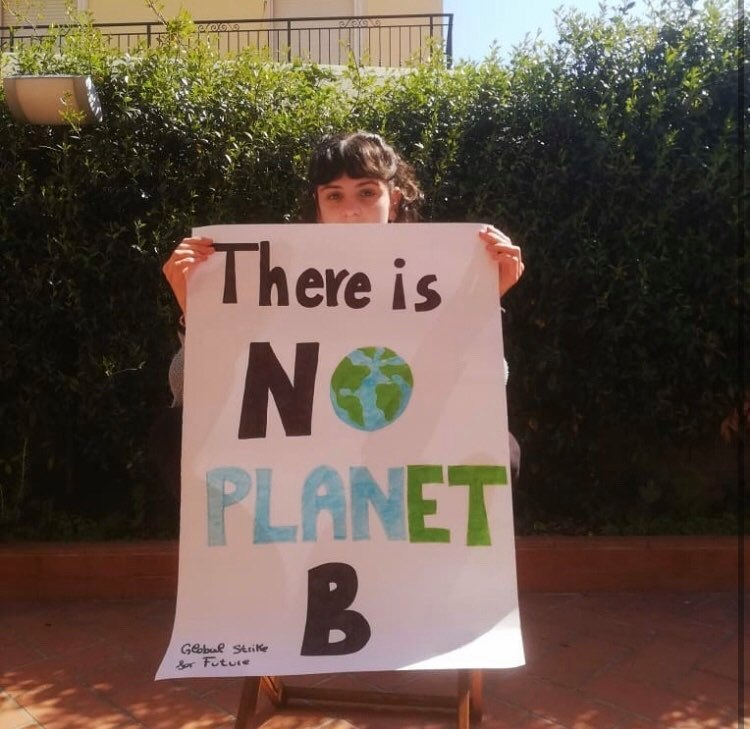Fridays for future, centinaia di scarpe davanti al Comune di