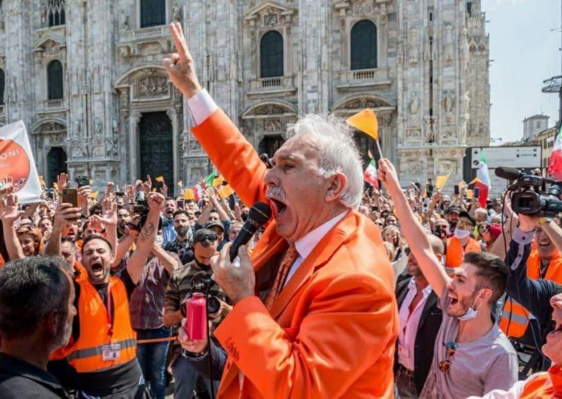 """""""Il virus non esiste"""": i gilet arancioni in piazza a Milano"""