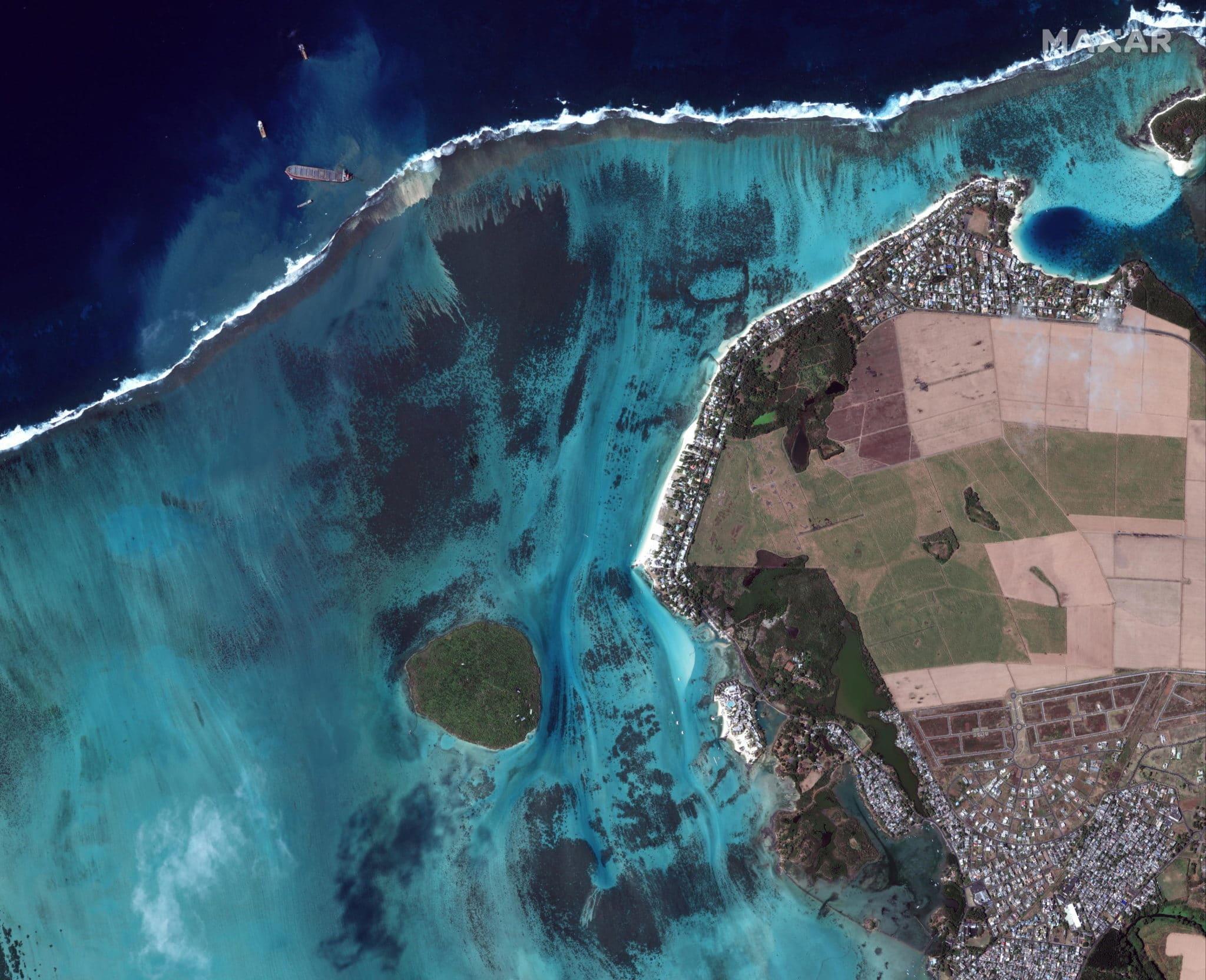 Disastro ambientale a Mauritius, la petroliera arenata si è spezzata in due