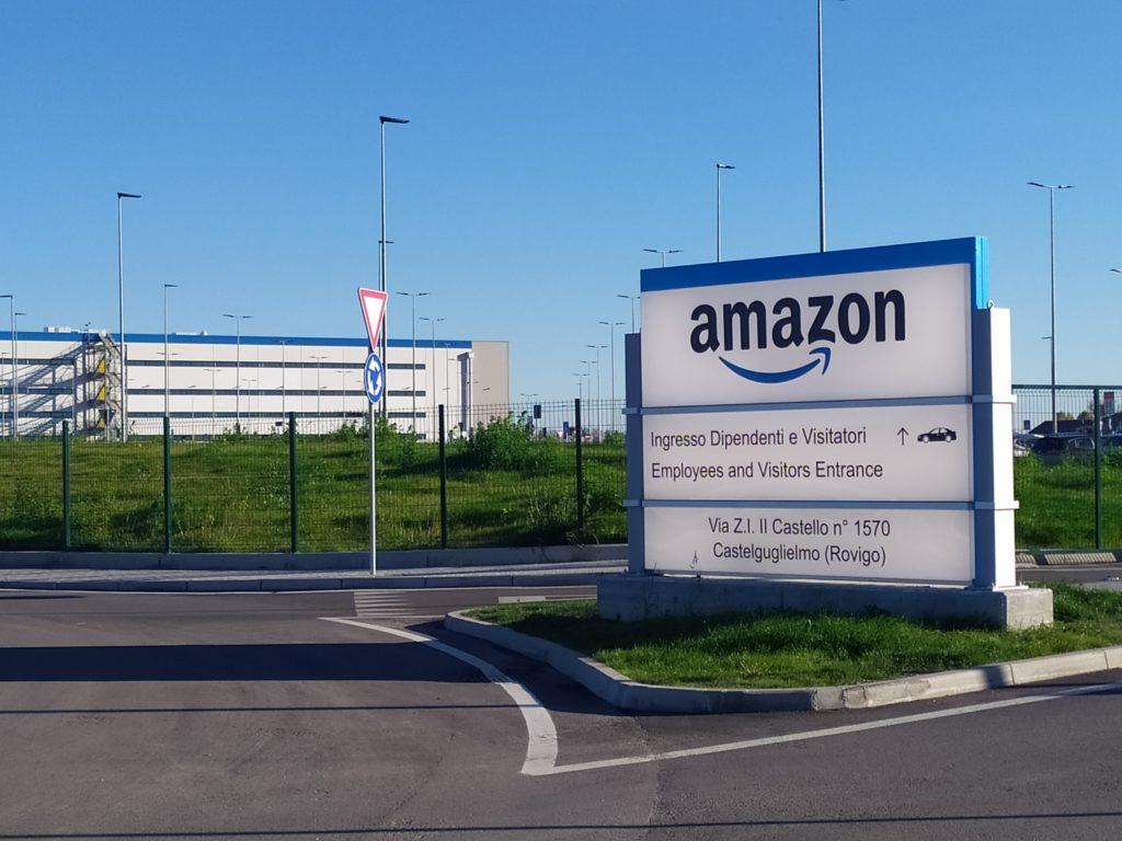 """""""Non voglio vederti fermo"""". Amazon, le rivelazioni shock di 3 dipendenti italiani: """"Viviamo in macchina, trattati come robot"""""""