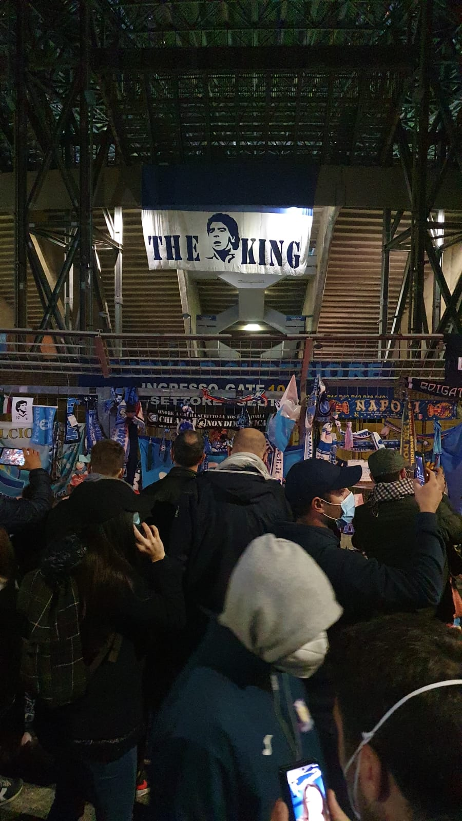 Napoli, assembramenti per la commemorazione di Maradona: è polemica | VIDEO
