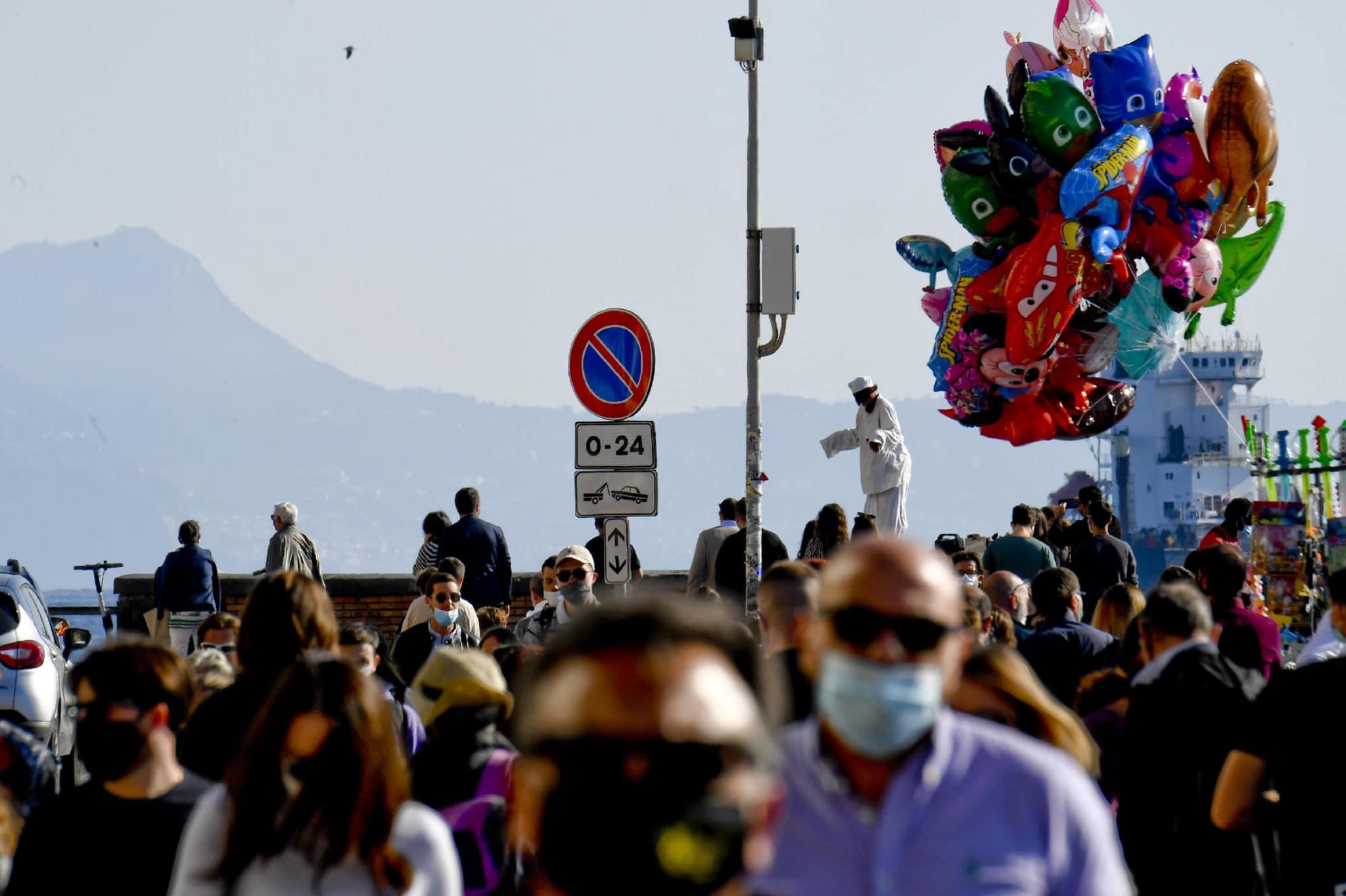 Napoli, folla sul lungomare, ristoranti pieni e traffico