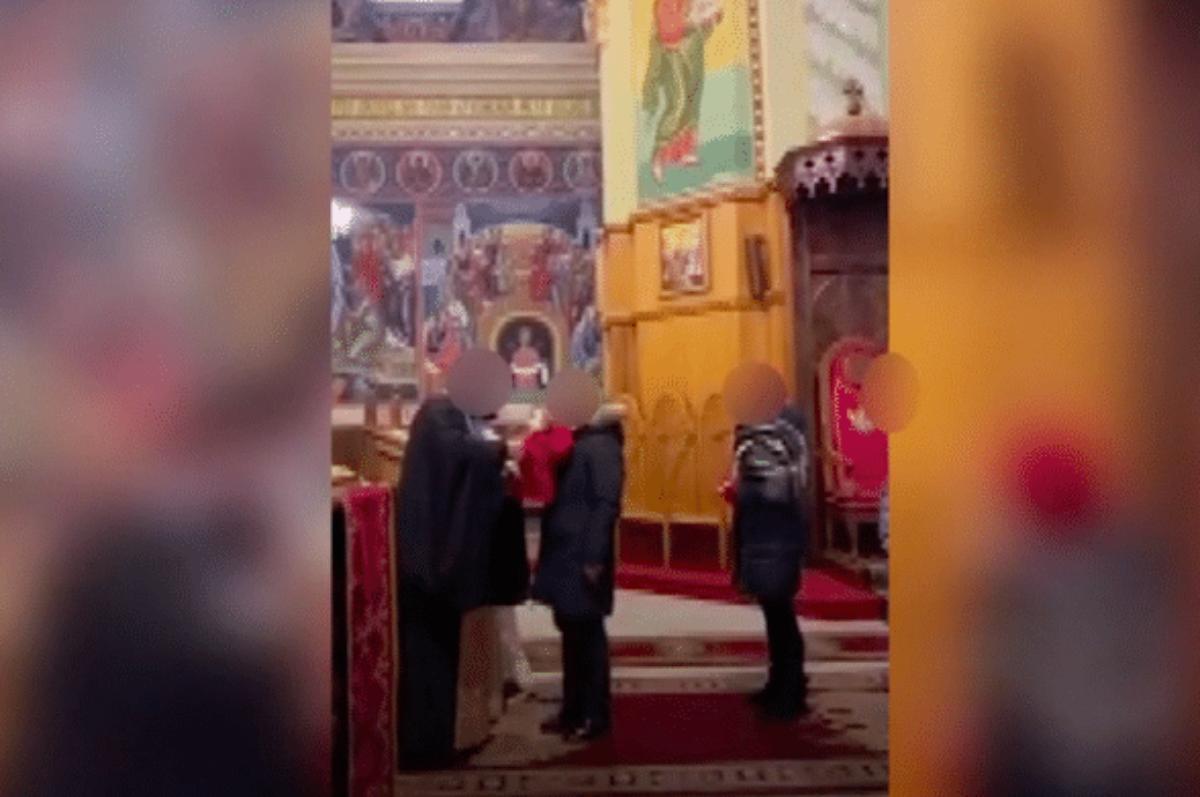 Cosenza, prete positivo al Covid fa bere decine di fedeli dallo stesso calice. Chiusa la cattedrale di Lungro | VIDEO