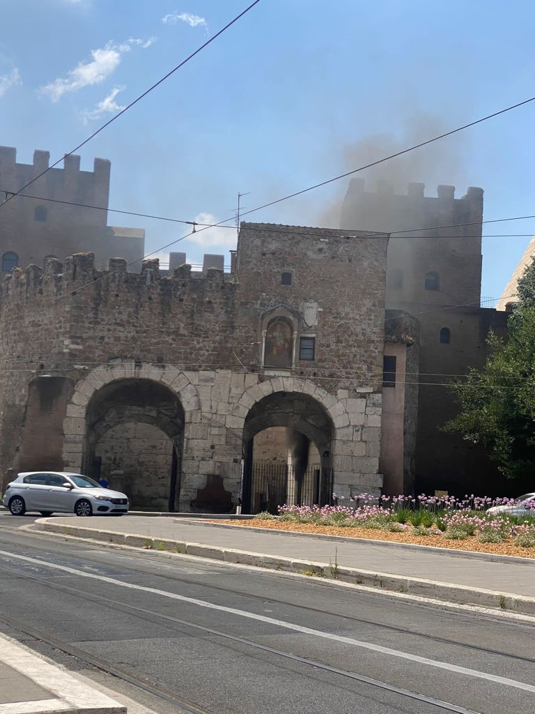 incendio porta san paolo roma